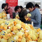 Frena l'industria cinese a giugno. Nel Guandong quattromila operai in sciopero per aumenti salariali