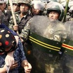 CINA-Xinjiang, la polizia cinese spara contro la folla: 27 vittime.