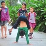 Cina: Ragazzino paraplegico va a scuola sulle mani
