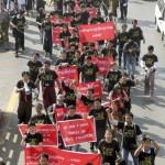 BIRMANIA-Yangon: decine di giornalisti in piazza per protestare contro la condanna al carcere di una collega