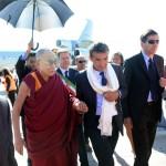 Il Dalai Lama atterrato a Pisa: «Qui per promuovere l'unità tra i 7 miliardi di essere umani»