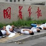CINA. Sette cinesi tentano il suicidio davanti alla sede di un giornale statale