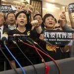 Hong Kong in rivolta contro i diktat di Pechino: a migliaia in piazza