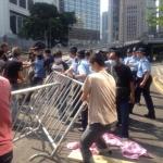 CINA: La polizia sgombra alcune barricate di Occupy. Leung: Nulla smuoverà Pechino e non esclude l'uso della forza.