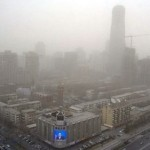 Pechino colpita da un nuovo picco di inquinamento atmosferico a seguito di una tempesta di sabbia.
