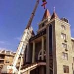 Cina, partito comunista demolisce due croci davanti ai cristiani impotenti: «Ci hanno detto di andarcene»