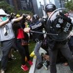 CINA-Hong Kong. Occupy: scontri fra polizia e dimostranti vicino agli uffici del governo