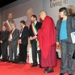 Il Dalai Lama accolto con una ovazione al Summit di Roma.