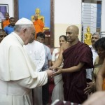Il fuori programma del Papa: visita al tempio buddista