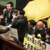 Hong Kong, ombrelli gialli di Occupy in Parlamento contro il Capo dell...