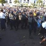 BIRMANIA-Yangon, la polizia reprime a colpi di bastone la protesta studentesca: percosse e arresti