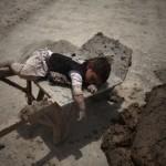 La mafia capitalista e lo sfruttamento: i bambini africani per estrarre e quelli cinesi per assemblare (video)