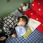 Cina, espulso bimbo di 8 anni dal villaggio perché ha l'HIV: trova posto nella scuola di una città lontana