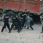Cina: massiccia protesta a Linshui con violenti scontri (video)