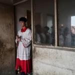 Cina. La messa all'aperto, di nascosto, tra i gabinetti