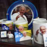 Sequestrati 340mila souvenir falsi made in China sotto le finestre del Papa