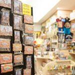 Souvenir a rischio contraffazioni Le calamite coi luoghi di Lucca vanno a ruba. Le produce la ditta Cerrini: «Tutte col bollino, la Cina le copia subito»