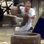 VIDEO SHOCK – Cina, cane bollito vivo per essere mangiato