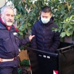 Cinesi irregolari nascosti dentro i bidoni dei rifiuti
