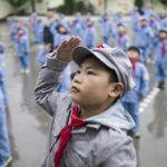 Cina : studenti delle elementari indossano divisa braccio armato del PCC durante le due guerre civili (Video)