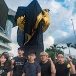 Cina-Hong Kong: panno nero sul monumento dell'annessione alla Cina