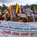 NEPAL – Kathmandu, monaci buddisti invadono le strade: nessun monastero ricostruito dopo il sisma