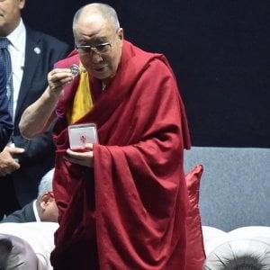 Folla da rockstar per il Dalai Lama a Firenze. Onori, dialogo interreligioso e proteste cinesi