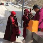 TIBET: posti di blocco per far accedere monaci, monache e persone al complesso studentesco di Larung Gar