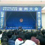Cina, dieci persone condannate a morte: migliaia di spettatori assistono alla sentenza.[Video]