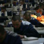 Le condizioni disumane dei detenuti nelle carceri cinesi che fabbricano gli abiti per H&M e altri marchi