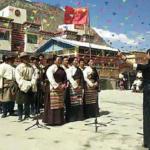 I Tibetani costretti a imparare canzoni che lodano il partito comunista cinese