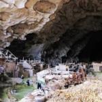 """Cina, la """"tribù delle caverne"""" a duemila metri contro il governo: non vuole trasferirsi in città"""