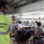 I richiedenti asilo lavorano per i cinesi in maxi-confezione. Blitz della polizia