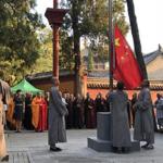 Il partito comunista cinese issa la bandiera rossa nel tempio Shaolin in Henan