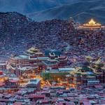 La Cina proibisce il festival di preghiera buddista all'accademia di Larung Gar