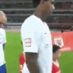 Si tocca il viso durante l'inno cinese campione brasiliano squalificato [Video]