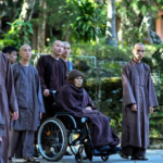Vietnam : Il Monaco buddista 92enne Thích Nhất Hạnh temuto dal governo torna a casa per morire, sotto il controllo della polizia