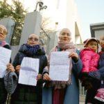 Cina: si rasano la testa per la strada per protestare contro l'arresto dei mariti.[Video]