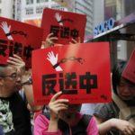 Migliaia di persone hanno protestato a Hong Kong contro le nuove leggi sulle estradizioni verso la Cina