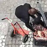 Napoli, continua la macellazione di animali in strada: al Vasto carne trasportata in bustoni di plastica.