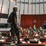 HONG KONG nuova protesta: Assalto al parlamento. Rivolta contro Pechino [VIDEO]