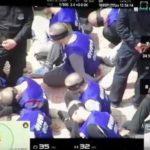 Video agghiaccianti: la polizia cinese raggruppa centinaia di prigionieri uiguri con gli occhi bendati