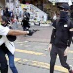 In condizioni critiche il giovane colpito da un poliziotto di Hong Kong