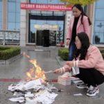 Cina, il regime comunista ordina di bruciare «i libri religiosi»
