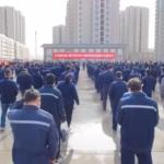 La contea dello Xinjiang invia i detenuti del campo uiguro alla prigione, interno della Cina.