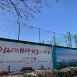 La Cina obbliga gli uiguri a lavorare nella fabbrica di scarpe che rifornisce Nike.