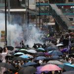 Hong Kong-Cina : Legge sulla sicurezza dimostrano in centinaia, attaccati dai gas della polizia.[Video]