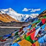 La Cina ordina di togliere le bandiere di preghiera tibetane in tutta la regione
