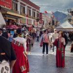 I turisti cinesi affollano i siti sacri di Lhasa, i tibetani sono esclusi dall'entrata