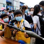 La Cina insegna ai bambini di Hong Kong l'uso di armi vere.[ video]